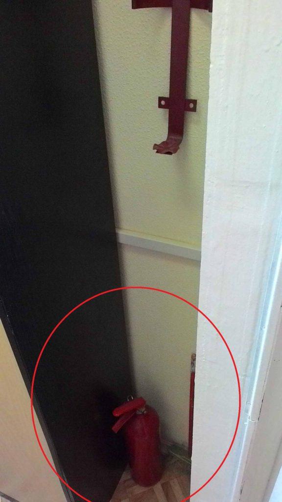 Огнетушитель размещается на полу, а не закреплен на предусмотренном месте