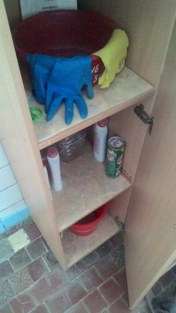 Незакрытые шкафчики с моющими и дезинфицирующими средствами